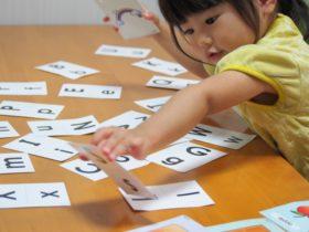 英語カードで遊ぶ女の子