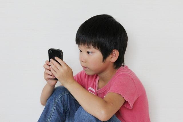 ゲームアプリを楽しむ子ども