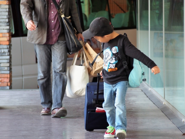 海外へ旅行する男の子