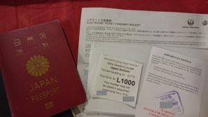 パスポートなどの書類を提示