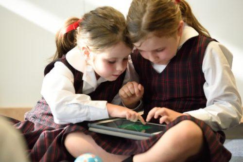 iPadで勉強する姉妹