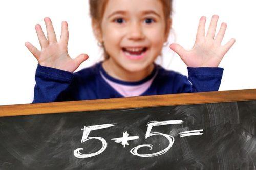 算数を勉強する少女