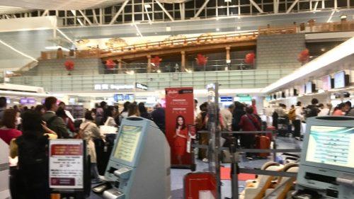 羽田空港でのエアアジアカウンター待ちの列