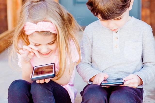 スマホで動画を楽しむ子どもたち